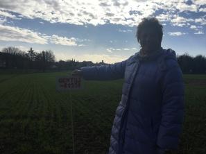Manuela con uno dei suoi campi di grano antico dei quali è custode.