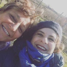 Loredana e Manuela nel campo di grano duro di Manuela.
