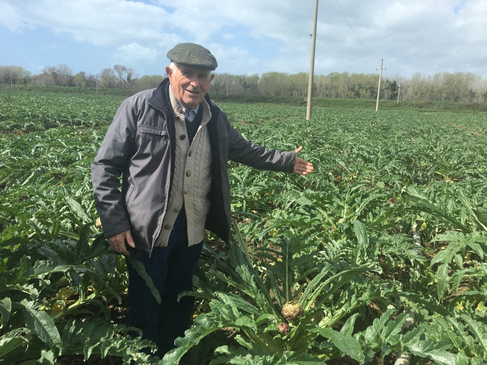Zio Ciro mostra orgoglioso il suo campo